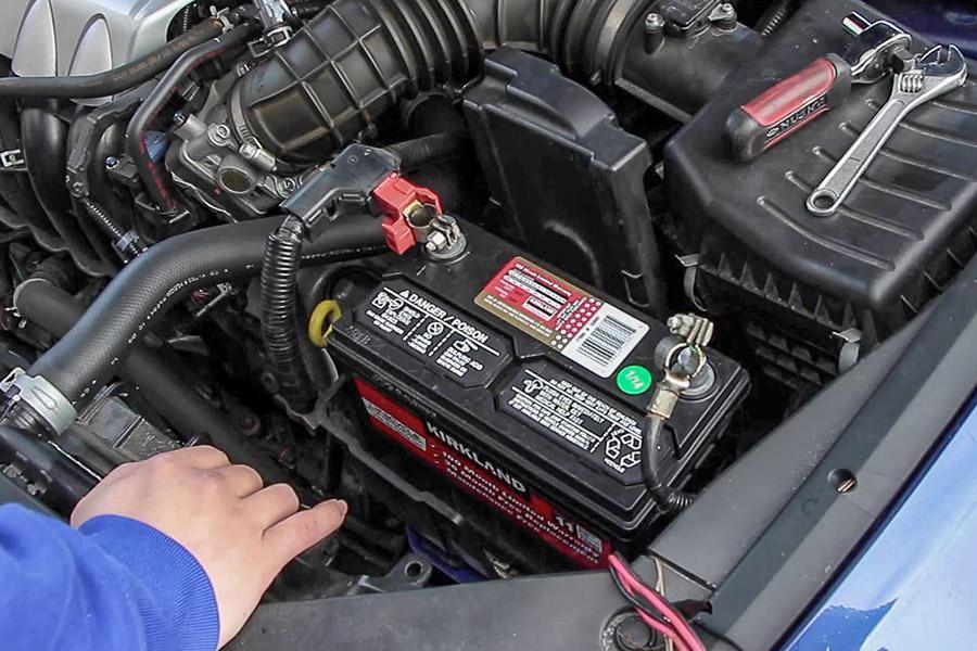 Avto KVEDER - Menjava akumulatorja